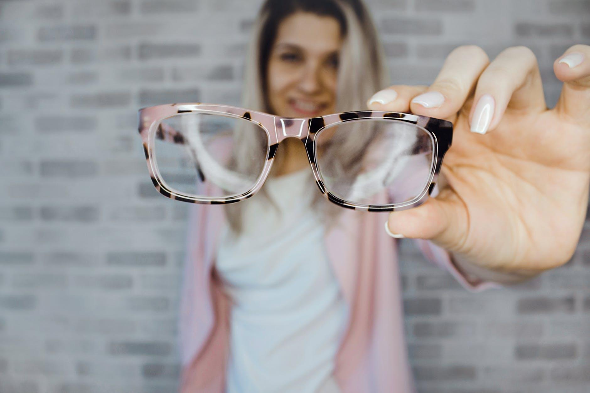 Brillenversicherung: die neue Brille sieht gut aus